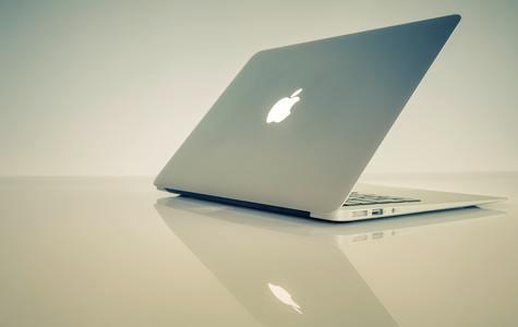 Hodnota Apple-u prekročila 2 bilióny dolárov! Kto tento míľnik prekročil skôr?