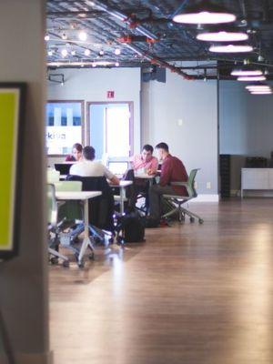 Firmy v rozvoji obmedzuje nedostatok použiteľných pracovníkov