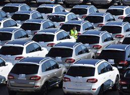 Zamestnanec kontroluje nové dovezené osobné automobily značky Renault v prístavnom meste Čching-tao na východe Číny