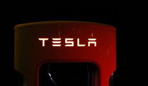 Tesla spúšťa výrobu napriek zákazu. Zatknite ma, nebojí sa Musk!