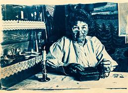 """Fotografia z cyklu """"Starí ľudia a Staré hodnoty v novom svete"""" spracovaná chemickým procesom, aký bol typický v počiatkoch fotografie."""